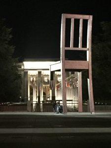 夜の「こわれた椅子」